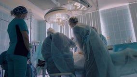 Sala de operaciones en hospital en donde los cirujanos realizan una operación metrajes