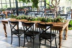 Sala de recepción con las tablas adornadas para el banquete de boda Foto de archivo libre de regalías