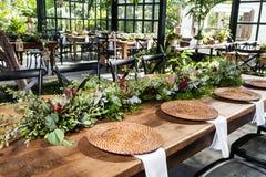 Sala de recepción con las tablas adornadas para el banquete de boda Fotos de archivo libres de regalías