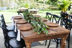 Sala de recepción con las tablas adornadas para el banquete de boda Imagen de archivo libre de regalías