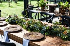 Sala de recepción con las tablas adornadas para el banquete de boda Fotografía de archivo libre de regalías
