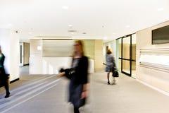 Sala de recepción moderna con la acción de las mujeres con cierre para arriba Foto de archivo
