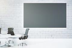 Sala de reunião com quadro-negro, a tabela e as cadeiras vazios Foto de Stock Royalty Free