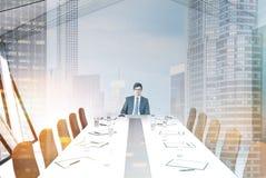 Sala de reunião do sótão, teto branco, homem Foto de Stock