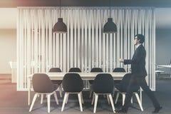 Sala de reunião de madeira, cadeiras pretas, homem de negócios Imagens de Stock Royalty Free
