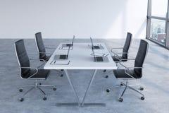 Sala de reunião moderna com as janelas enormes que olham New York City Cadeiras de couro pretas e uma tabela branca com portáteis Imagem de Stock Royalty Free