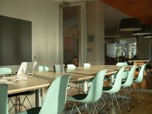 Sala de reunião moderna do escritório Paredes transparentes e confe avançado imagem de stock royalty free