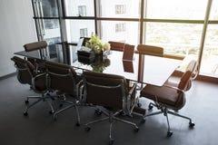 A sala de reunião vazia, o equipamento do escritório moderno e a cidade interiores vie imagem de stock