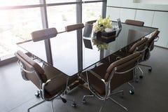 A sala de reunião vazia, o equipamento do escritório moderno e a cidade interiores vie imagens de stock royalty free