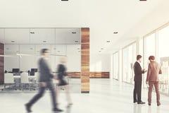 Sala de reunião de vidro e de madeira, pessoa Imagem de Stock Royalty Free