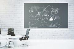 Sala de reunión con la pizarra con concepto del esquema del negocio Imagen de archivo libre de regalías