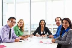 Sala de reunión de Conducting Meeting In de la empresaria foto de archivo