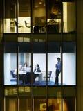Sala de reunión de Using Cellphone In del hombre de negocios fotos de archivo