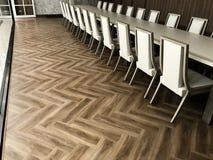 Sala de reunión del diseño interior con el piso laminado de madera foto de archivo