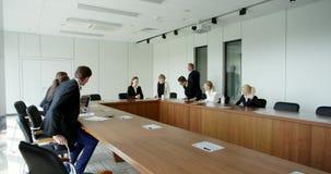 Sala de reunión de la oficina del hombre de negocios que entra