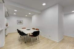 Sala de reunión moderna de la oficina con la tabla imagenes de archivo