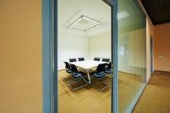 Sala de reunión para 8 personas en la escuela de negocios SKOLKOVO de Moscú foto de archivo