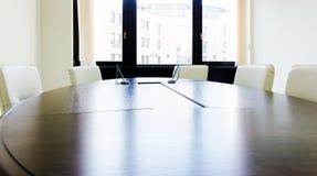 Sala de reunión vacía de la iluminación con la tabla larga Fotografía de archivo libre de regalías