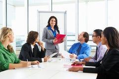 Sala de reuniões de Conducting Meeting In da mulher de negócios Fotos de Stock