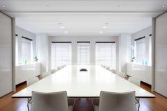 Sala de reuniões moderna do escritório enchida com a luz.