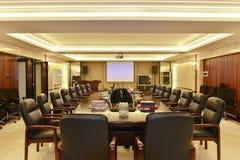 Sala de reuniões moderna do escritório enchida com a luz conduzida imagem de stock