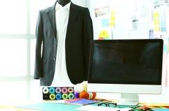 Sala de trabalho e local de trabalho vazios do alfaiate ou do vendedor da roupa no boutique pequeno foto de stock royalty free
