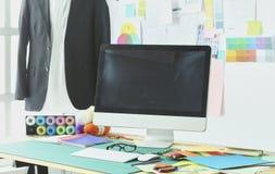 Sala de trabalho e local de trabalho vazios do alfaiate ou do vendedor da roupa no boutique pequeno fotografia de stock
