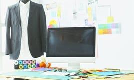 Sala de trabalho e local de trabalho vazios do alfaiate ou do vendedor da roupa no boutique pequeno fotos de stock royalty free