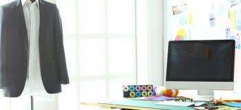 Sala de trabalho e local de trabalho vazios do alfaiate ou do vendedor da roupa no boutique pequeno imagens de stock royalty free