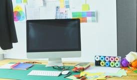 Sala de trabalho e local de trabalho vazios do alfaiate ou do vendedor da roupa no boutique pequeno imagens de stock