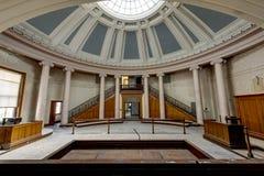 Sala de tribunal histórica con la bóveda de cristal - tribunal abandonado imagen de archivo libre de regalías