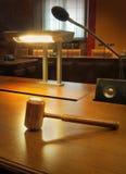 Sala de tribunal moderna vacía Foto de archivo libre de regalías