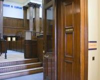 Sala de tribunal muy vieja (1854) en   Foto de archivo