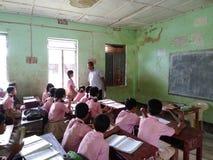 Sala de turma escolar indiana da vila foto de stock