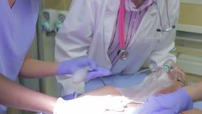 Sala de urgencias médica de Team Working On Patient In almacen de video