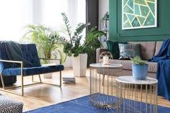 Sala de visitas à moda interior com cores verdes, do azul e do ouro imagens de stock royalty free