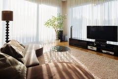 Sala de visitas à moda para a família grande com aparelho de televisão imagens de stock