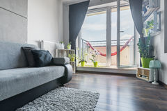 Sala de visitas bonita com balcão imagem de stock royalty free