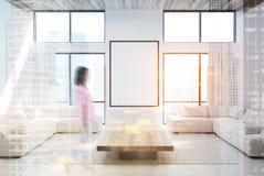 Sala de visitas branca, sofás e um cartaz tonificado Foto de Stock