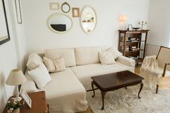 Sala de visitas brilhante com sof? e a decora??o brancos do vintage fotografia de stock royalty free