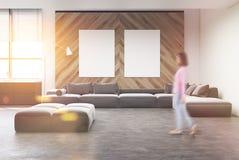 Sala de visitas cinzenta do sofá, cartaz, mulher Foto de Stock