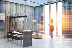 Sala de visitas cinzenta e de madeira, dobro concreto Fotos de Stock Royalty Free
