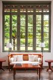 Sala de visitas colonial contemporânea com o sofá de madeira do sofá Imagem de Stock