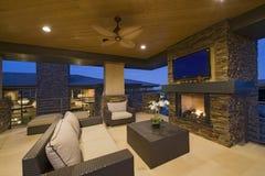 Sala de visitas com a chaminé na casa moderna Imagens de Stock Royalty Free