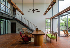 Sala de visitas com escadaria Imagens de Stock