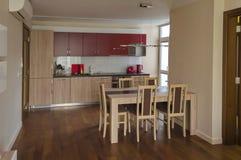Sala de visitas com local da cozinha e mesa de jantar no apartamento renovado imagens de stock