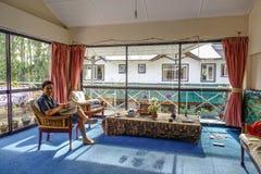 Sala de visitas com luz ensolarada fotografia de stock royalty free