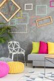 Sala de visitas com quadros coloridos Fotografia de Stock Royalty Free