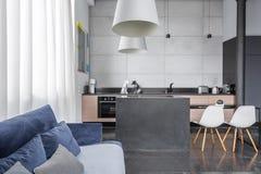 Sala de visitas com sofá azul Fotografia de Stock Royalty Free