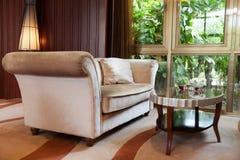 Sala de visitas com sofá e tabela fotos de stock royalty free